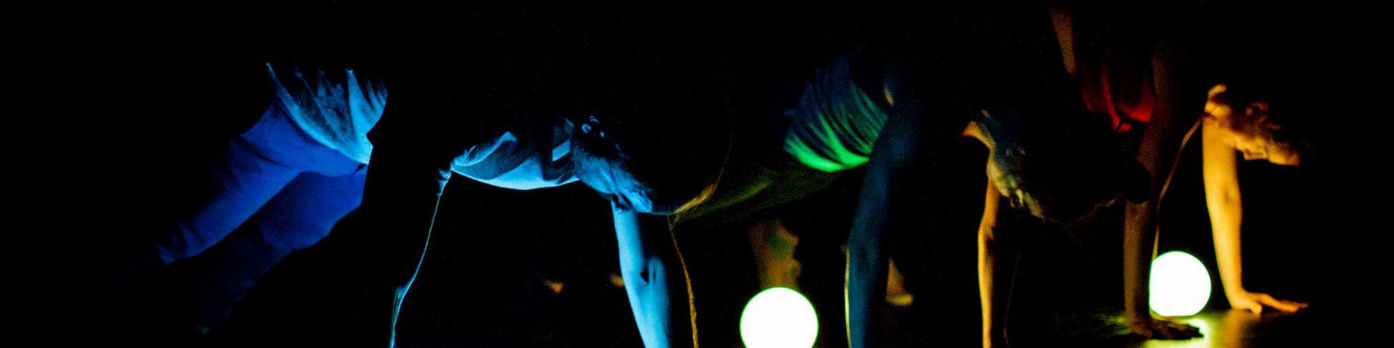 Crédit : Valérie Sangin. Gigue in the dark 1.0 de Lük Fleury, Sandrine Martel-Laferrière, Ian Yaworski; avec Sébastien Chalumeau, Sandrine Martel-Laferrière, Marie-Ève Tremblay