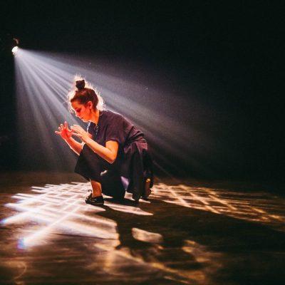 Crédit : Vanessa Fortin. Gigue in the dark 2.0 de Lük Fleury, Sandrine Martel-Laferrière, Ian Yaworski; avec Marie-Ève Tremblay, 2018.