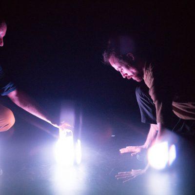 Crédit : Vanessa Fortin. Gigue in the dark 2.0 de Lük Fleury, Sandrine Martel-Laferrière, Ian Yaworski; avec Sébastien Chalumeau, Antoine Turmine, 2018.