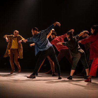 Crédit : David Wong/Danse-Cité; Sonore Dés_Accord de Benjamin Hatcher; avec Antoine Turmine, Philippe Meunier, Olivier Arseneault, Mélissandre Tremblay-Bourassa, Ian Yaworski et Stéphanie Boulay; 2019.