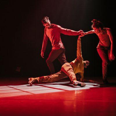 Crédit : David Wong/Danse-Cité; Sonore Dés_Accord de Benjamin Hatcher; avec Olivier Arseneault, Antoine Turmine et Sandrine Martel-Laferrière, 2019.